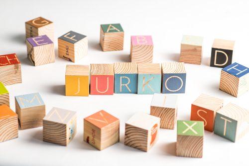 drevené kocky s abecedou